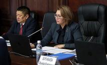 Вице-премьер-министр по соцблоку Алтынай Омурбекова и глава Министерства здравоохранения Космосбек Чолпонбаев на заседании. Архивное фото
