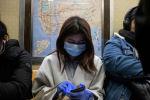 Медициналык маска кийип Нью-Йорк шаарында метродо бараткан кыз. Архив