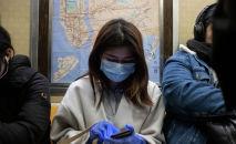 Девушка в медицинской маске едет в метро. Архивное фото