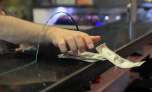 Мужчина в пункте обмена валют. Архивное фото