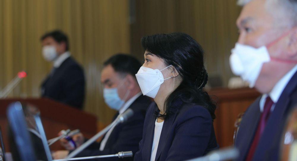 Жогорку Кеңештин депутаттары премьер-министр Мухаммедкалый Абылгазиев сунуштаган өкмөт мүчөлөрүнүн талапкерлигин жактырды