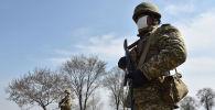 Военнослужащие стоят на контрольно-пропускном пункте. Архивное фото
