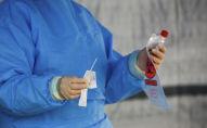Медицинский работник держит пробирку с тест-системой на коронавирус