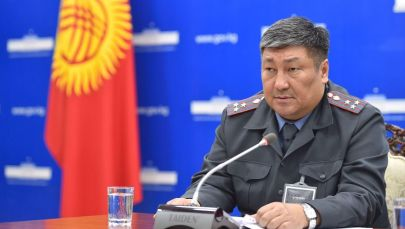 Комендант Бишкека Алмаз Орозалиев выступает на брифинге