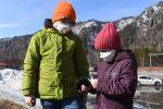 Дети в защитных масках на площади во время пандемии коронавируса в городе. Архивное фото