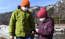 Дети в защитных масках. Архивное фото