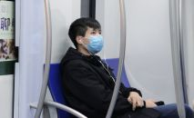 Пассажир метро в медицинской маске. Архивное фото