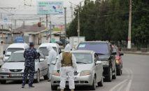 Сотрудники МВД на одном из блокпостов в городе Ош. Архивное фото