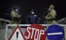 Сотрудники МВД дежурят на блокпосту при въезде в город Ош. Архивное фото
