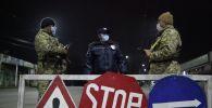 Ош шаарындагы милиция кызматкерлери коменданттык саат убагында. Архивдик сүрөт