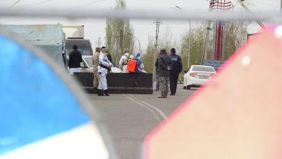 Сотрудники МВД на одном из блокпостов в городе Ош введенного в режиме ЧС в связи с распространением коронавируса. Архивное фото
