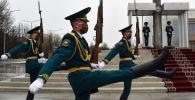 Солдаты нацгвардии почетного караула в лицевых масках во время смены караула на площади Ала-Тоо в Бишкеке. Архивное фото