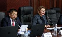 Вице-премьер-министр Алтынай Өмүрбекова жана саламаттык сактоо министри Космосбек Чолпонбаев. Архивдик сүрөт