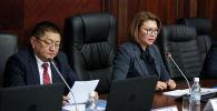 Архивное фото вице-премьер-министра по соцблоку Алтынай Омурбековой и главы Министерства здравоохранения Космосбека Чолпонбаева