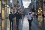 Прохожие в медицинских масках на одной из улиц в Стамбуле. Архивное фото