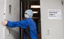 Ооруканадагы лифтке кирип аткан медкызматкер. Архивдик сүрөт