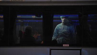 Сотрудник медицинской службы осматривает пассажиров автобуса. Архивное фото