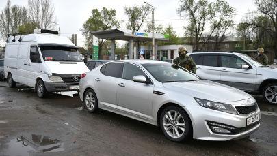 Сотрудник МВД проверяет документы на контрольно-санитарном пункте в городе Бишкек. Архивное фото