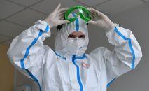 Медицинский работник в стационаре НМХЦ имени Пирогова, перепрофилированном для приема пациентов с коронавирусной инфекцией.