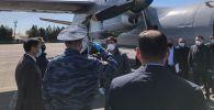 Премьер-министр Кыргызской Республики Мухаммедкалый Абылгазиев прибыл в Ошскую область на военно-транспортом самолете с гуманитарным грузом, состоящим из средств индивидуальной защиты.