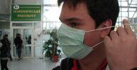 Студент в маске в университете. Архивное фото