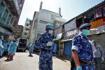 Офицеры Сил быстрого реагирования в защитных масках проходят мимо мечети в Индии. Архивное фото