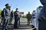 Премьер-министр Кыргызской Республики Мухаммедкалый Абылгазиев в рамках рабочей поездки по Ошской и Джалал-Абадской областям, проверил работу санитарно-карантинных постов в Ошской области.