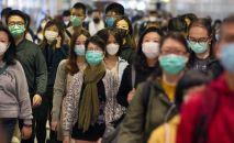 Пассажиры в медицинских масках в переходе метро. Архивное фото