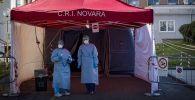 Сотрудники Красного креста Италии в пункте медицинского осмотра в городе Новара. Архивное фото