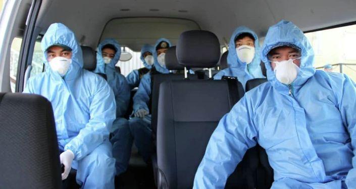 Сотрудники МВД оснащенные спецформой во время ЧП в связи с распространением коронавируса