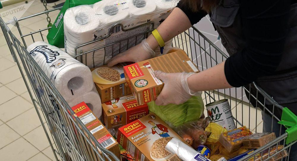 Покупатель в супермаркете. Архивное фото