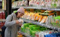 Покупательница выбирает продукты в супермаркете. Архивное фото