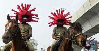 Сотрудники полиции Индии  в образе коронавируса охраняют порядок