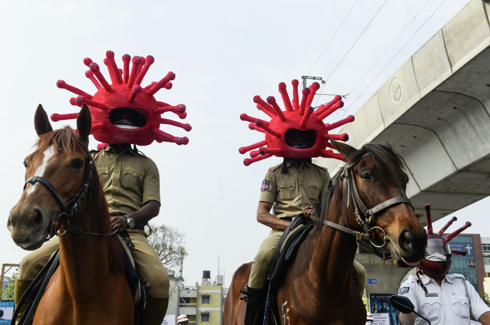 Сотрудники полиции Индии  в образе коронавируса охраняют порядок в Секундерабаде. 2 апреля, 2020