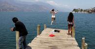 Туристы прыгают с пирса в Гватемале