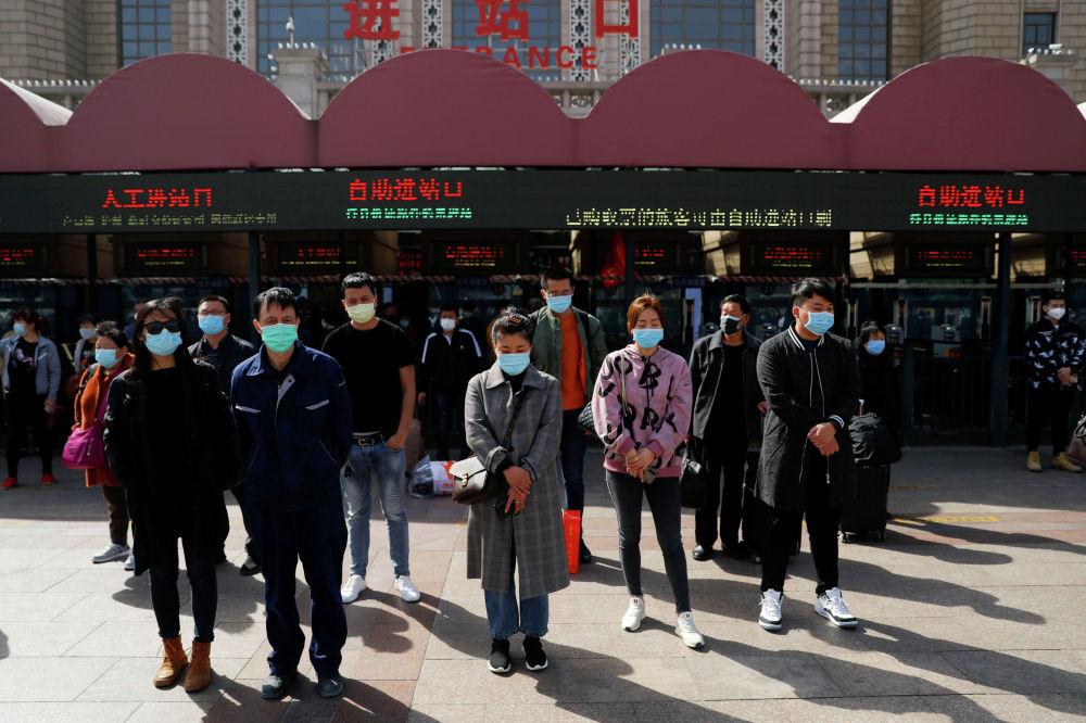 Суббота, 4 апреля в Китае была объявлена днем траура по жертвам коронавируса. 10 утра по местному времени жители Китая почтили память скончавшихся тремя минутами молчания.  По официальным данным, более 3300 человек умерли в стране от Covid-19 за последние месяцы.