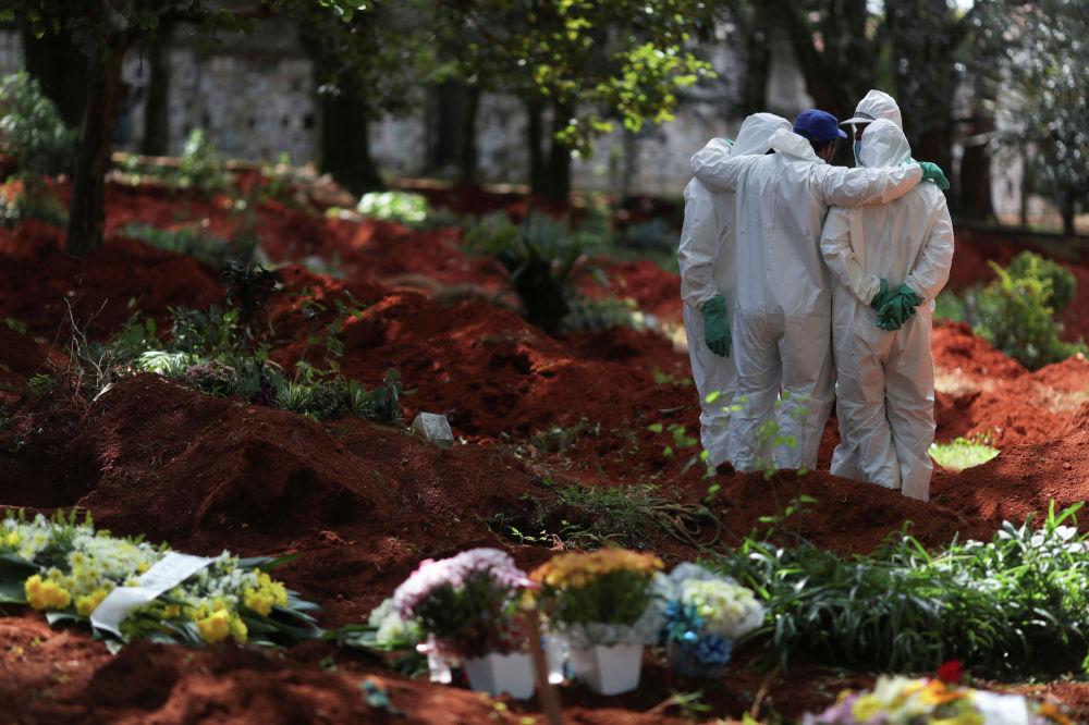 Сотрудники кладбища Vila Formosa в Сан-Паулу (Бразилия). В стране 359 человек умерли от коронавируса COVID-19, число заразившихся превысило 10 тысяч.