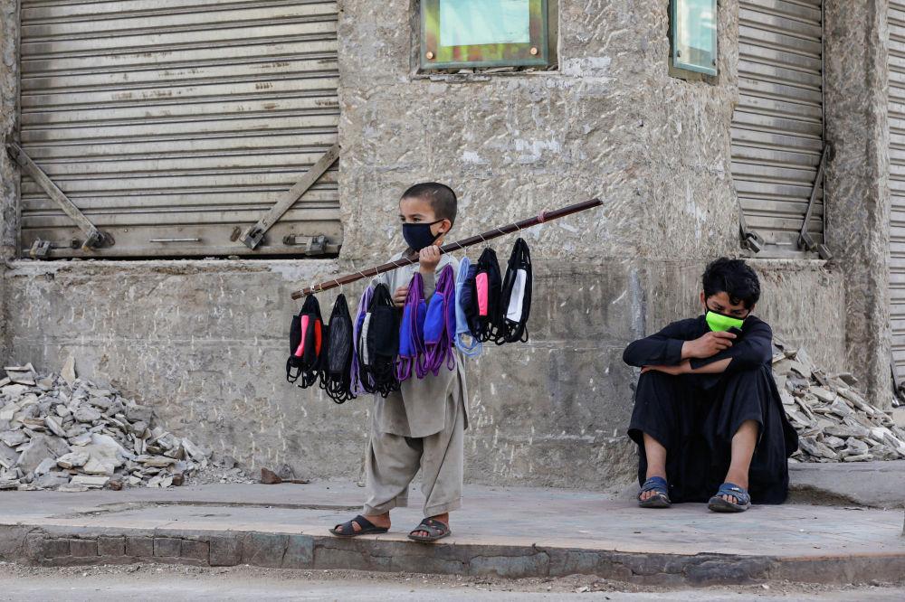 Дети продают маски в Карачи (Пакистан)