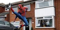 Мужчина в костюме человека-паука развлекает детей