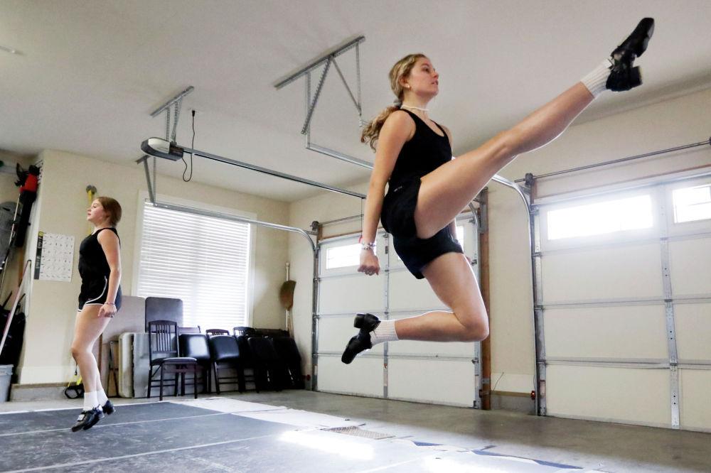 Сестры занимаются танцами во время онлайн урока в Теннесси (США)