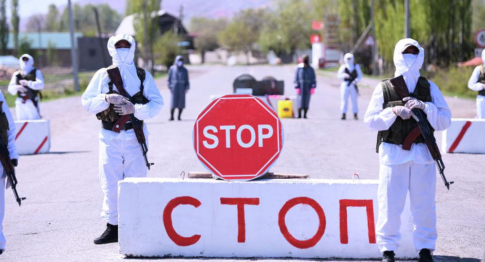 Сотрудники правоохранительных органов стоят на блок-посту. Архивное фото