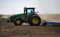 Культивация почвы во время весенних полевых работ. Архивное фото