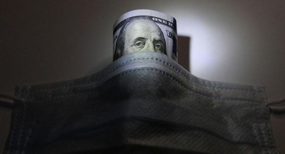 Долларовая банкнота США под защитной маской. Архивное фото
