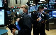 Трейдеры, в медицинских масках на фондовой бирже. Архивное фото