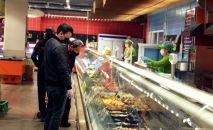 Покупатели в одном из торговом центров. Архивное фото