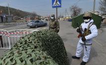 Мамлекеттик гвардия жана патрул милиция кызматкерлери Бишкетеги блокпоссто турат. Архив