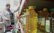 Растительное масло на прилавках в одном из супермаркетов. Архивное фото