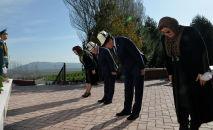 Президент Кыргызской Республики Сооронбай Жээнбеков сегодня, 7 апреля, по случаю 10-й годовщины народной Апрельской революции почтил память погибших героев в Апрельских событиях.