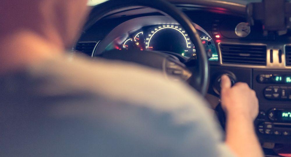 Мужчина за рулем автомобиля. Иллюстративное фото