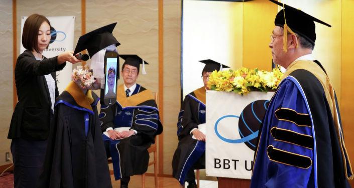 Президент университета BBT на церемонии вручения дипломов в Токио. 28 марта 2020 года